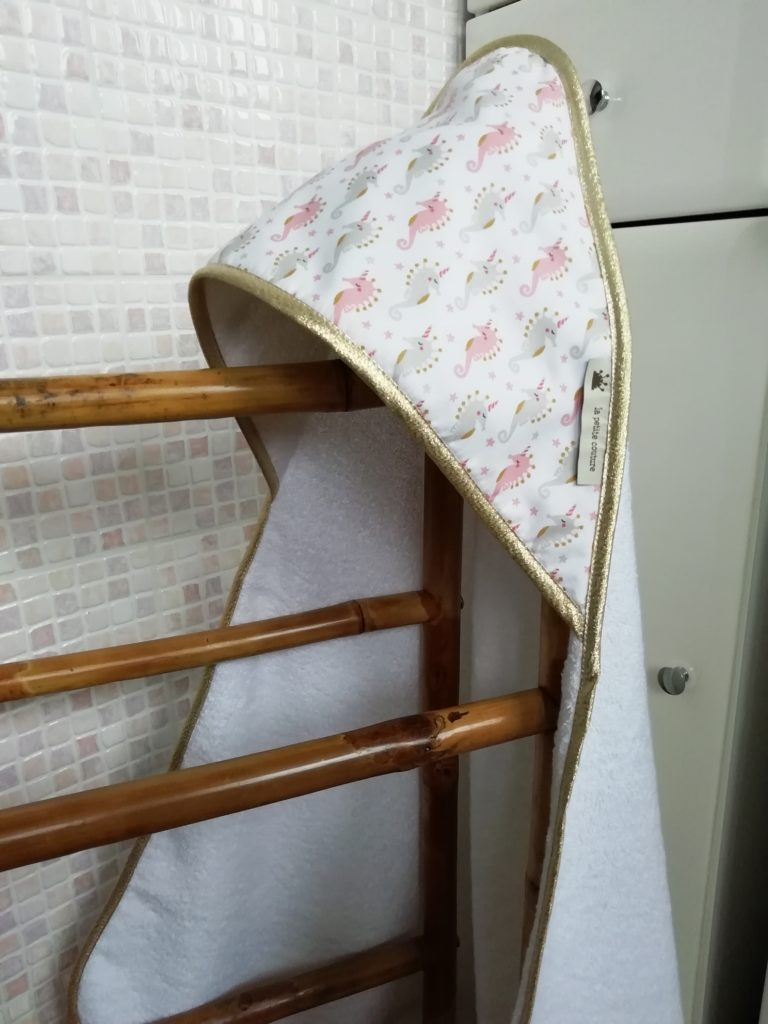Cape de bain pour bébé blanche avec motifs hippocampe