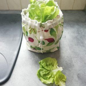 Sac à salade réutilisable ouvert avec motifs salade