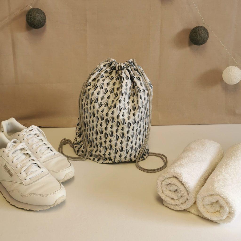 sac à chaussures blanc et gris à motifs