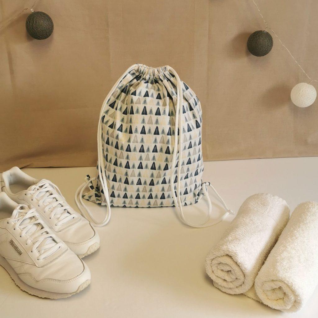 sac à chaussures blanc avec des petits sapins en motifs