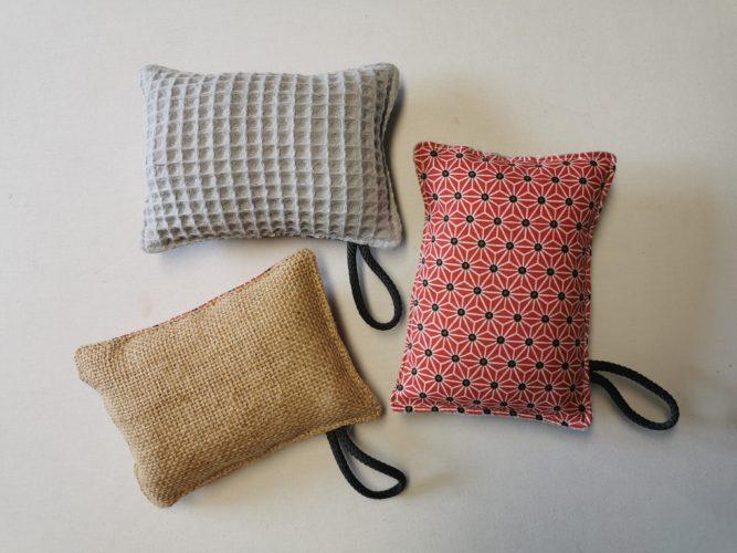 éponges lavables avec une face coton rouge et deux autres éponges pour montrer le verso qui est en toile de jute ou en nid d'abeilles