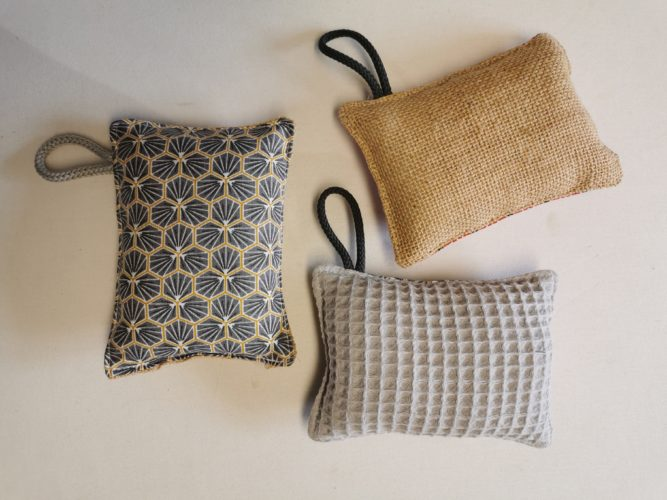 éponges lavables grises et jaunes avec au choix une face en toile de jute ou en nid d'abeilles