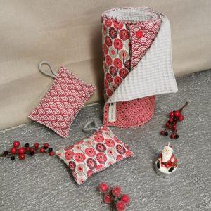 Petit coffret de noël pour la maison rouge avec un essuie-tout et deux éponges lavables