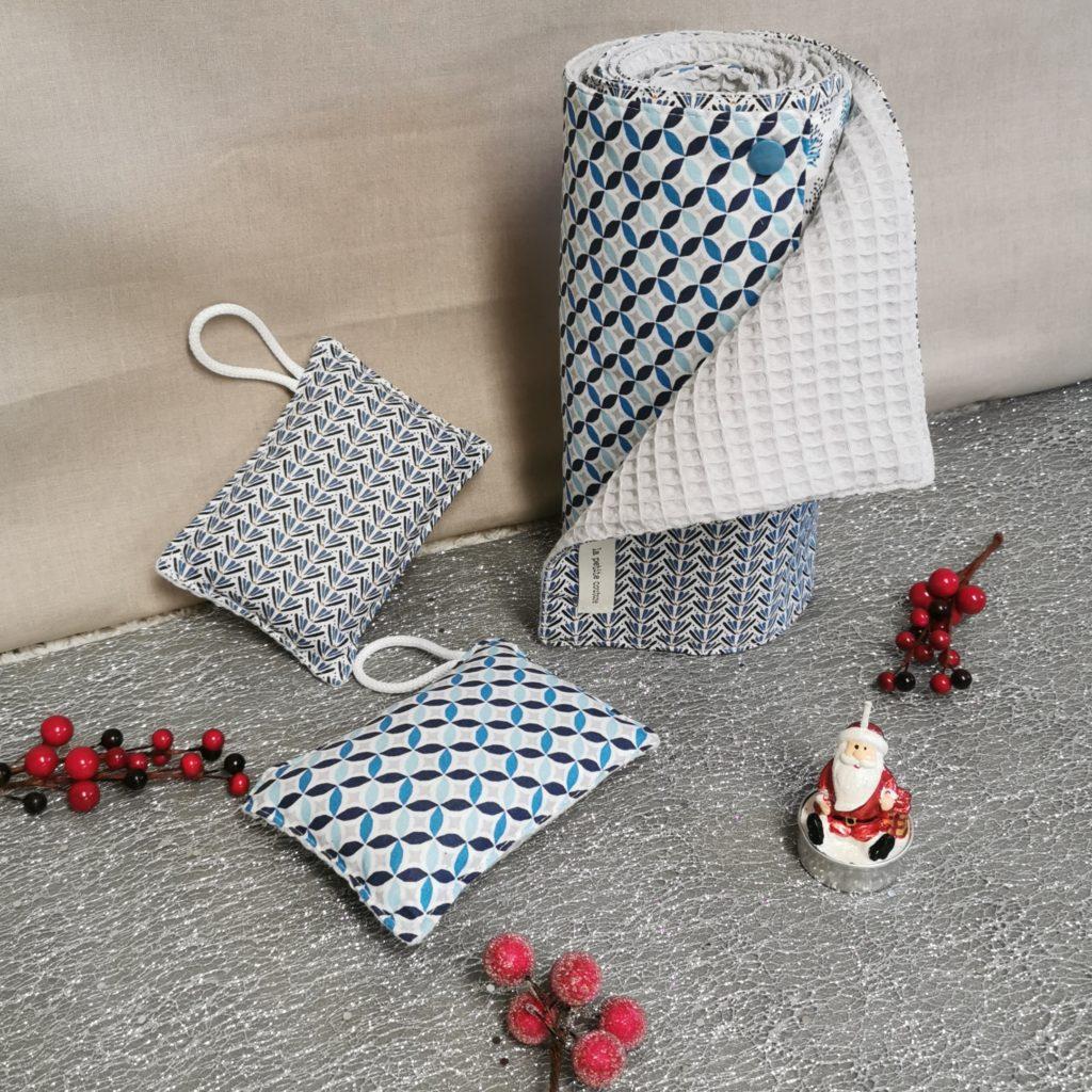 Petit coffret de noël pour la maison bleu avec un essuie-tout et deux éponges lavables