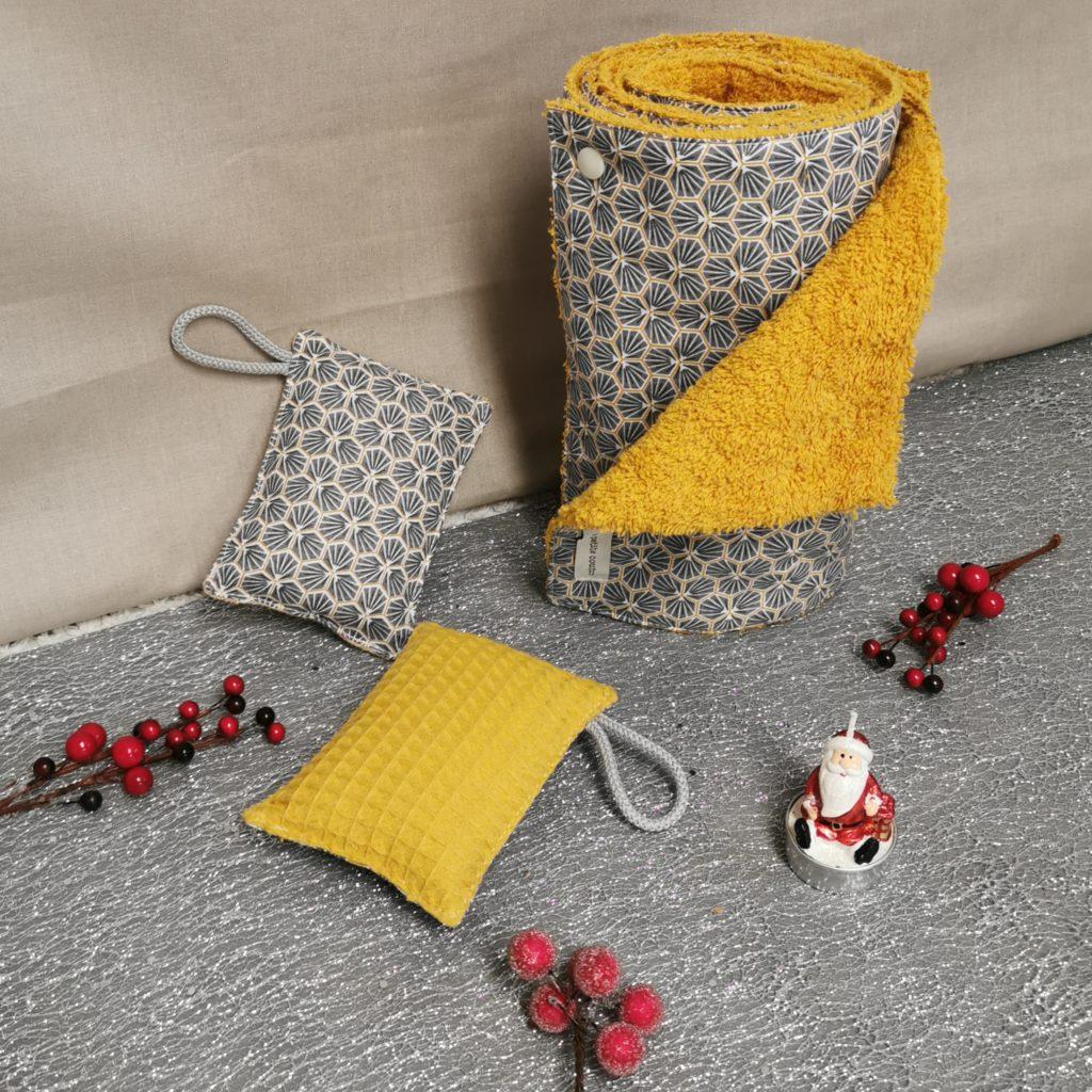 Petit coffret de noël pour la maison jaune avec un essuie-tout et deux éponges lavables