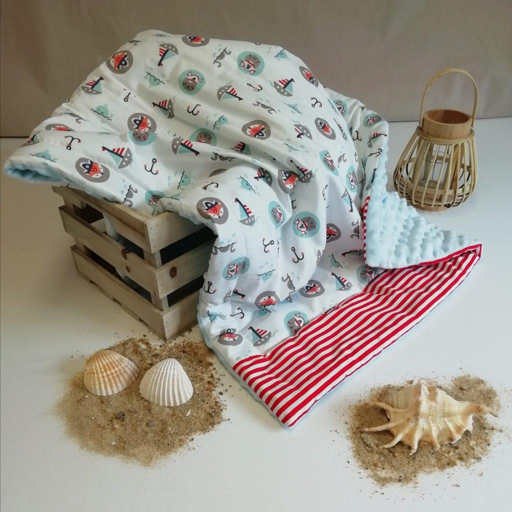 couverture pour bébé blanche et rouge avec des animaux pirates