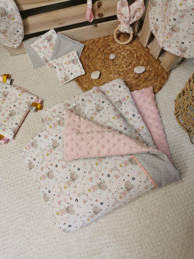 couverture pour bébé rose avec des petites souris